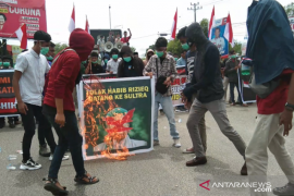 Ratusan pemuda di Kendari menolak kedatangan Rizieq Shihab