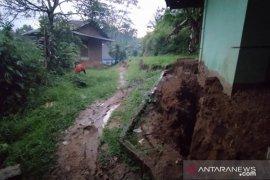 Seratusan kepala keluarga di Cianjur terpaksa mengungsi akibat longsor