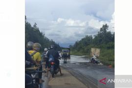 Jalan nasional tergenang air Kodim Putussibau gelar karya bakti