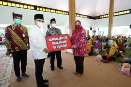 Bupati Anas salurkan insentif guru PAUD Banyuwangi Rp1,65 miliar