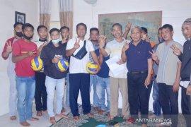 """Paslon """"Tampil"""" bantu karang taruna Hantakan HST sarana olahraga"""
