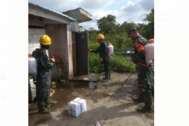 Babinsa Sejangkung bantu warga semprotkan Disinfektan