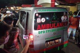 Ambulans pembawa jenazah pengawal Rizieq keluar dari RS Polri
