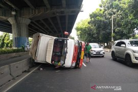 Jalan Ahmad Yani macet panjang akibat truk terguling