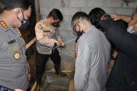Polisi periksa bunker di rumah teroris Page 1 Small