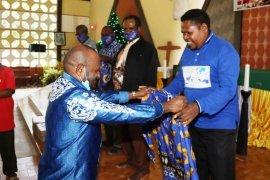 Bupati RHP bagikan 240 baju batik untuk hamba Tuhan di Kabupaten Keerom