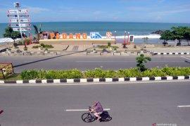 Kawasan wisata Pantai Padang ditutup total