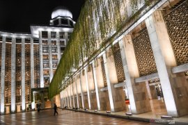 Menikmati keindahan cahaya baru Masjid Istiqlal