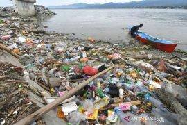 Sampah menumpuk cemari muara sungai Palu