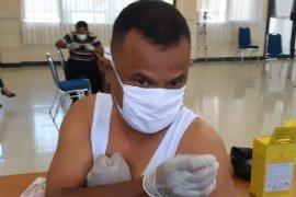 Dr. Aaron Rumainum penerima vaksin COVID-19 pertama di Papua