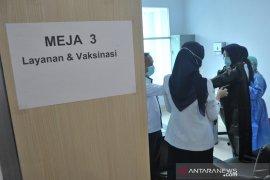 Vaksinasi di lingkungan RSMH Palembang Page 2 Small