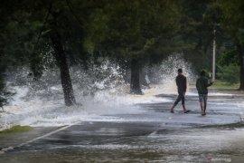 BMKG ingatkan waspadai gelombang tinggi 2,5 - 4 meter di Manado