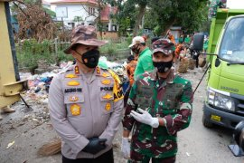 Salut, dua jenderal turun tangan bersihkan sampah di Pekanbaru