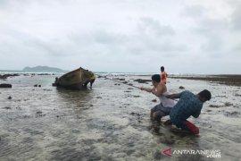 Warga selamatkan  perahu tak bertuan