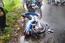 """Dua sepeda motor di Pringgarata Lombok Tengah \""""adu banteng\"""", di antaranya ditumpangi ABG"""