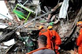 Bazarnas Mamuju berusaha evakuasi dua korban gempa yang masih terjebak