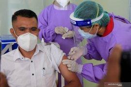 11 pejabat publik di Kota Kupang jalani vaksin COVID-19 perdana