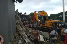 Kabar baik,  dua orang selamat dari reruntuhan Kantor Gubernur Sulbar
