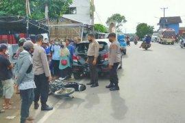 Nyelonong tabrak mobil parkir di jalan raya Kopang, kepala pria ini harus dijahit