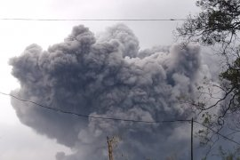 Gunung Semeru kembali keluarkan awan panas guguran 4,5 kilometer