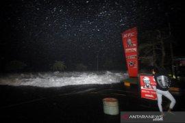 BMKG sebut Angin kencang picu gelombang tinggi kawasan bisnis Manado.