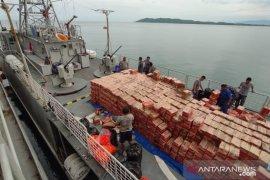 Bantuan yang diangkut dua kapal perang TNI AL telah tiba di Mamuju