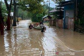 Banjir dan longsor di Manado memaksa 500 warga mengungsi