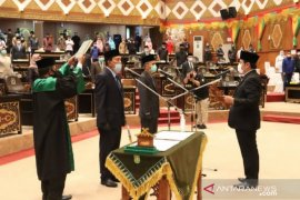 Dua PAW Anggota DPRD Riau resmi dilantik