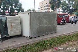Mobil box rebah dijalan Batam