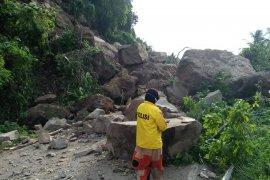 Akses jalan menuju Kota Mamuju terputus setelah longsor terjadi di Majene