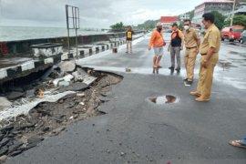 Bupati Sangihe perintahkan dinas segera perbaiki jalan rusak diterjang ombak