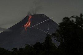 Gunung Merapi luncurkan awan panas guguran  kali Krasak sejauh 1.000 meter