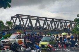Presiden Jokowi memantau dari atas jembatan di tengah banjir di Kalsel