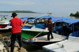 Penyaluran logistik korban gempa di pulau kecil Mamuju Page 2 Small