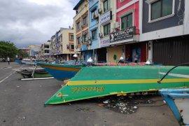 Perahu parkir gantikan mobil parkir di depan pertokoan Megamal Page 2 Small