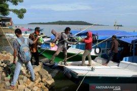 Penyaluran Logistik Korban Gempa Di Pulau Kecil Mamuju