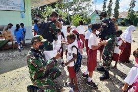 Satgas Yonif MR 413 Kostrad bagikan alkes di sekolah perbatasan RI-PNG