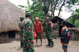 Babinsa Koramil Kurulu berikan bantuan warga yang berduka