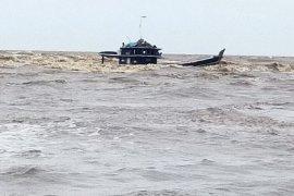 Kapal muatan sawit tenggelam dihantam ombak di perairan Tanjung Jabung Timur
