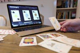 Raja digulingkan dari takhta di permainan kartu netral  gender