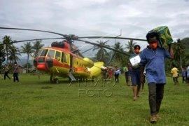 Distribusi bantuan logistik dengan helikopter