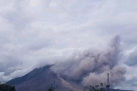 Gunung Sinabung di Karo Sumut erupsi tinggi kolom abu tidak teramati