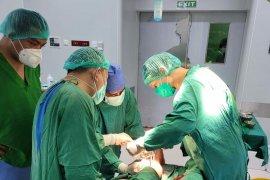 Satgas COVID-19 Unhas kirimkan APD untuk lindungi nakes di Sulbar