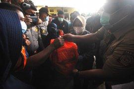 Mensos Tri Rismaharini kunjungi korban banjir Manado Page 2 Small