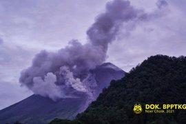 Gunung Merapi mengeluarkan tiga kali awan panas sejauh 700-1.200 meter