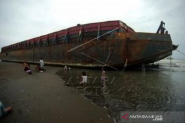 Lima Kapal Tongkang Terdampar Akibat Ombak Besar