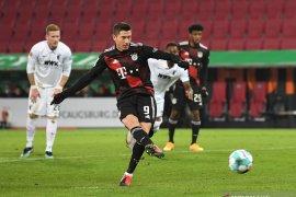 Penalti Lewandowski mengamankan kemenangan tipis Bayern di markas Augsburg