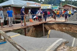 Jalan Lintas Kalimantan poros utara putus