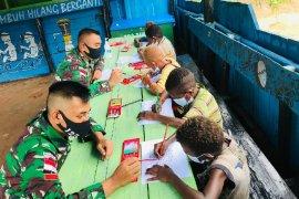 Satgas Yonif 125/Si\'mbisa mengajar anak di perbatasan RI-PNG