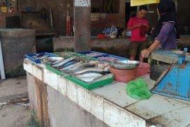 Angin kencang akibatkan pasokan ikan laut turun, harga naik